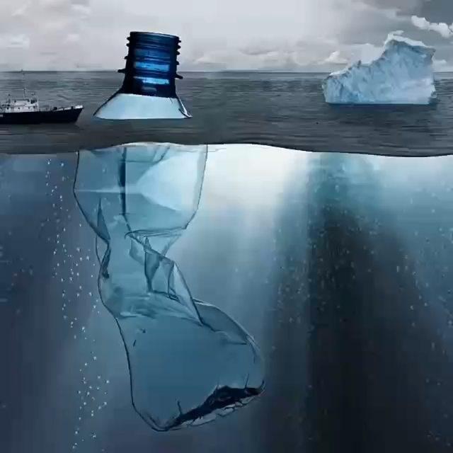 botella de plástico en el oceano