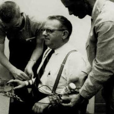 Milgram y ayudantes en el experimento